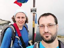 远足者夫妇山顶的 免版税库存照片