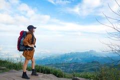 远足者妇女在山的神色双筒望远镜, 库存图片