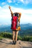 远足者妇女在山的神色双筒望远镜, 免版税库存图片