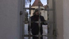 远足者投掷在中世纪城堡附近打开门 影视素材