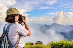 远足者拍照片的十几岁女孩 库存图片