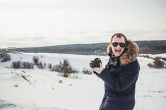 远足者摄影师享受美好的冬天森林全景晴天 图库摄影