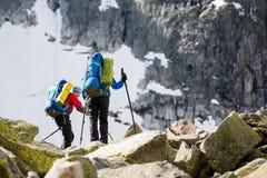 远足者攀登山岩石倾斜在阿尔泰山的, 免版税图库摄影