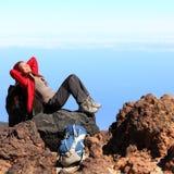 远足者放松的休息 免版税库存图片