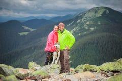 远足者有西伯利亚爱斯基摩人在山的狗景色 免版税库存图片