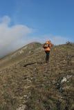 远足者朝向在山的上面的,登上Strega, Apennine 免版税库存图片