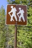 远足者横穿签到山 免版税图库摄影