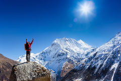 远足者欢呼兴高采烈和有福与胳膊在天空上升了在远足以后对山上面山顶 图库摄影