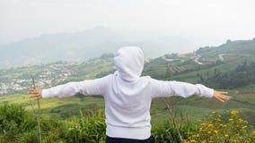 远足者欢呼兴高采烈和有福与被举的胳膊 免版税库存图片