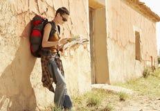 远足者由农舍的读书地图 库存图片