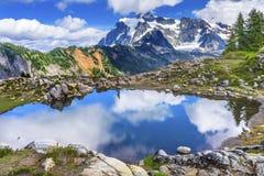 远足者登上Shuksan水池艺术家点华盛顿州 免版税库存照片