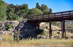 远足者的一座桥梁在Cuyamaca湖附近 库存图片