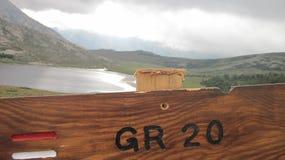 远足者的木路标在沿GR 20的可西嘉岛 免版税库存照片