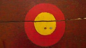 远足者的红色和黄色圈子足迹标记木背景的 库存图片