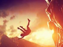 远足者自由落从山,峭壁 免版税库存图片