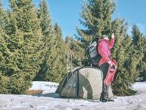 远足者设备为雪靴旅行做准备 冬天艰苦跋涉 库存照片