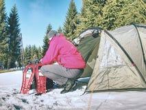 远足者设备为雪靴旅行做准备 冬天艰苦跋涉 库存图片