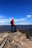 远足者赞赏的山景 免版税库存照片