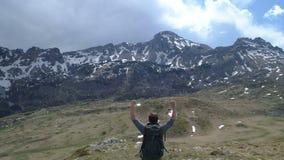 远足者去上面并且举他的胳膊在胜利姿态 影视素材