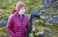 远足者/摄影师有照相机&三脚架的 免版税库存照片