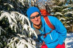 远足者画象在冬天森林里 库存图片