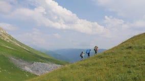 远足走在背景青山和高地的山的人 股票录像