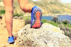远足走的或跑的体育鞋子脚底 库存图片