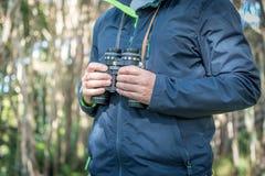 远足通过一个国家公园森林 免版税库存照片