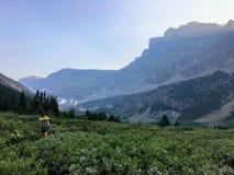 远足通过在方式暗藏的湖或L的一个美丽的谷 免版税库存照片