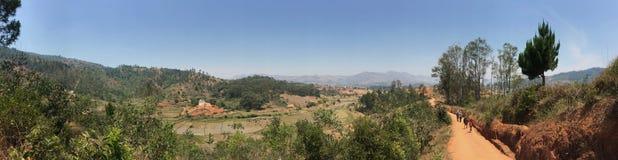 远足通过村庄和米领域在菲亚纳兰楚阿,马达加斯加 免版税库存照片