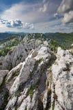 远足通过Bijele stijene坚固性石灰岩地区常见的地形风景,克罗地亚 免版税库存照片