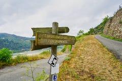 远足道路和路标在莱茵河供徒步旅行的小道或'Rheinsteig' 免版税库存照片