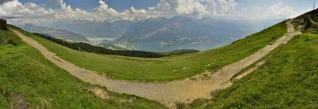 远足道路和从Niederhorn,瑞士阿尔卑斯看法  瑞士 免版税库存照片
