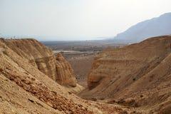 远足道路在Qumran洞在Qumran国立公园,死海纸卷找到,Judean沙漠远足,以色列 图库摄影