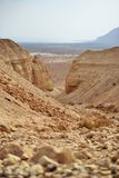 远足道路在Qumran洞在Qumran国立公园,死海纸卷找到,Judean沙漠远足,以色列 免版税库存照片