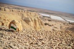 远足道路在Qumran洞在Qumran国立公园,死海纸卷找到,Judean沙漠远足,以色列 免版税库存图片