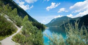 远足道路achensee,美好的提洛尔风景的湖边 免版税库存图片
