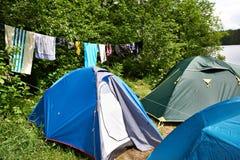 远足野营的帐篷和干燥衣裳 免版税库存图片