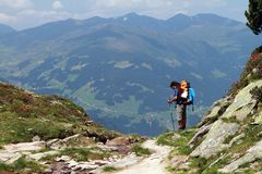 远足,迁徙在阿尔卑斯 免版税库存照片