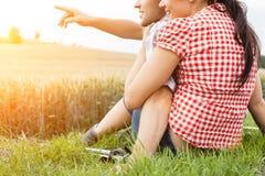 远足年轻嬉戏的夫妇外面 免版税库存照片