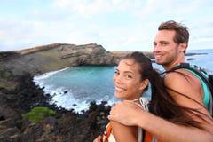 远足-旅行夏威夷远足的夫妇游人 免版税库存图片