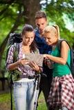 远足-看地图的远足者 免版税图库摄影