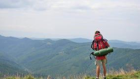 远足-艰苦跋涉的远足者人与背包居住的健康活跃生活方式 在山自然的远足 股票视频