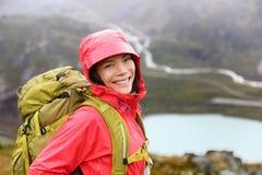 远足画象的愉快的年轻亚裔远足者妇女 库存照片