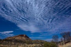 远足Larapinta足迹,西部麦克唐奈尔山脉澳大利亚 免版税库存图片