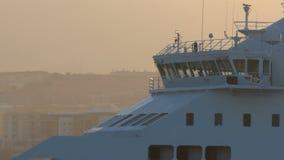 远距照相射击乘客游轮航行的桥梁 影视素材