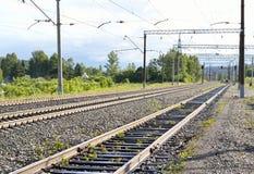 远离城市的铁路 免版税库存照片