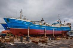 远洋捕鱼船在船坞在雷克雅未克。 图库摄影