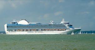 远洋班轮与把南安普敦留在的帆船的游轮在英国 免版税库存照片