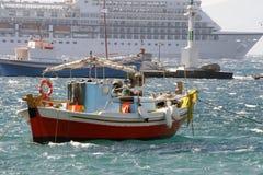 远洋班轮的渔船背景 免版税库存图片